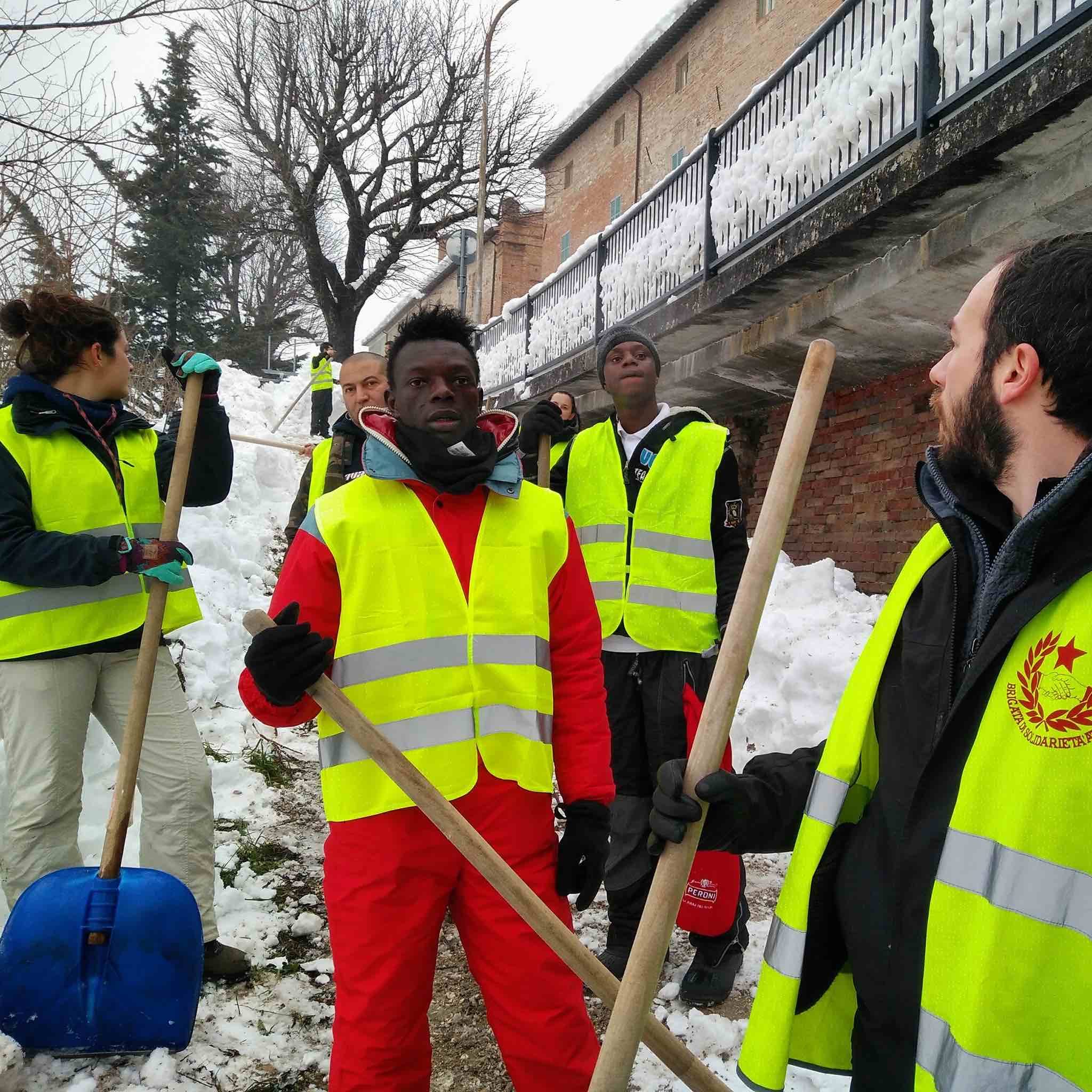 Noi scaviamo, Salvini scatta selfie
